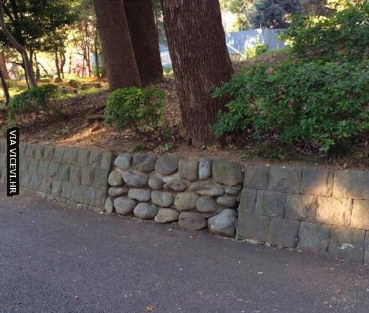 Godine iskustva igranja igrica mi govore da se iza ovog zida nešto krije